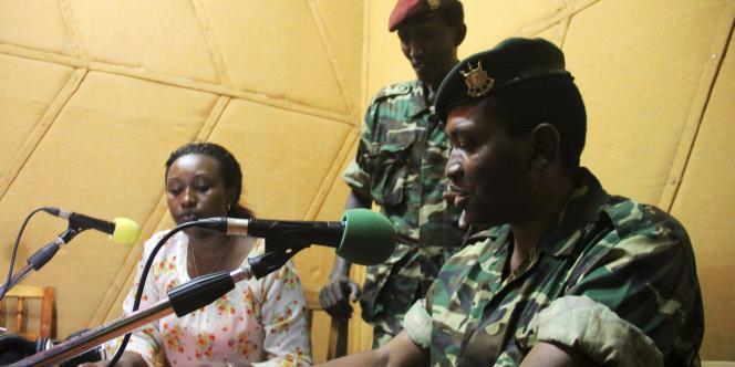 Le général Godefroid Niyombare s'adresse à la radio publique africaine (RPA), le 13 mai.