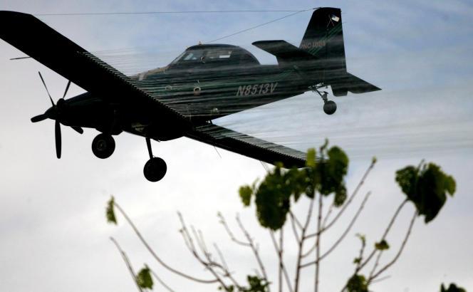 Epandage de désherbant au-dessus d'un champ de coca, en 2006, à San Miguel, en Colombie.