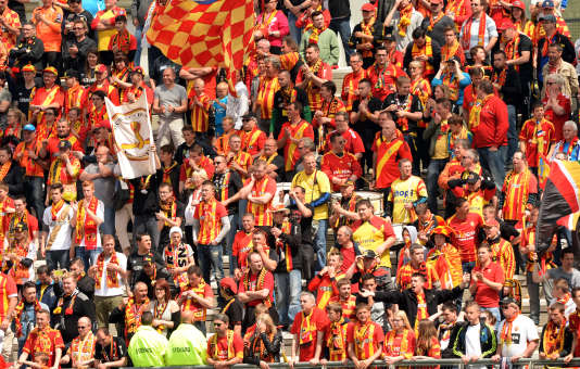 Lens' supporters cheer during the French Ligue 1 football match Lens vs Montpellier at the Licorne stadium in Amiens on May 10, 2015. AFP PHOTO / DENIS CHARLET