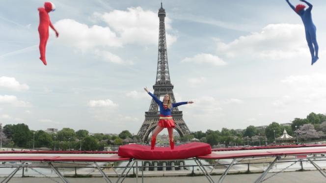 L'ambiance était détendue et les tenues colorées mardi, sur la place du Trocadéro, pour fêter les 50 ans du trampoline en France.