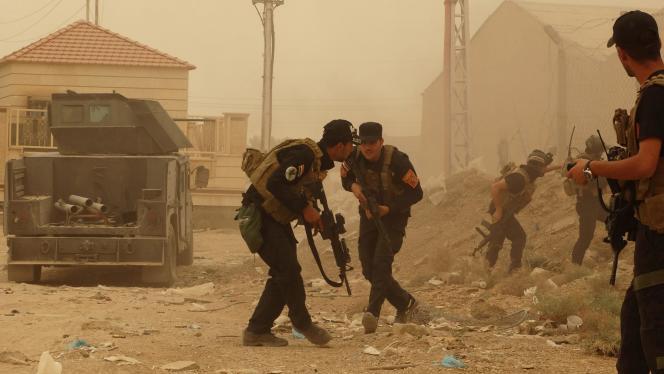 Des forces de sécurité irakienne défendent leur QG à l'est de Ramadi, le 14 mai, contre l'offensive de l'Etat islamique.