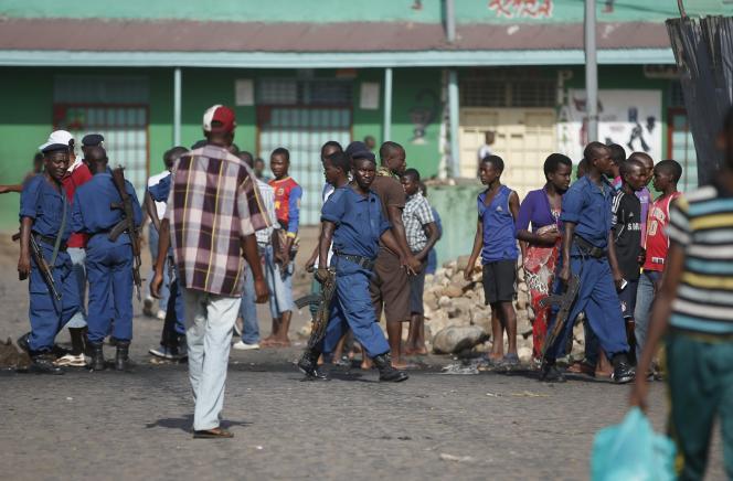 Des policiers dans les rues de Bujumbura, la capitale, vendredi matin.