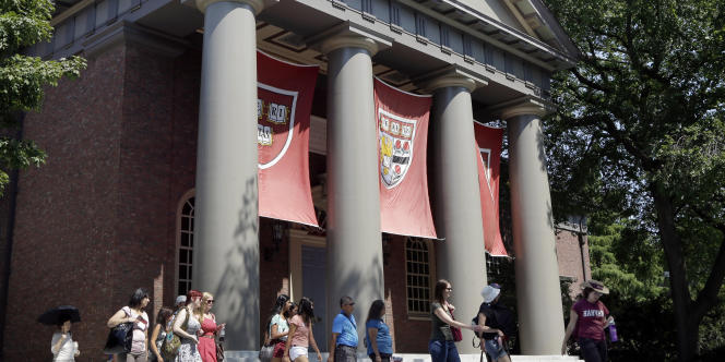 Des étudiants américains devant l'université privée américaine d'Harvard (Cambridge, Massachusetts).