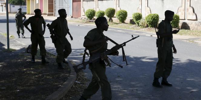 Des soldats loyalistes dans les rues de Bujumbura, le 14 mai2015.
