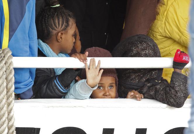 Des migrants attendent de débarquer au port sicilien de Messina, le 16 mai.