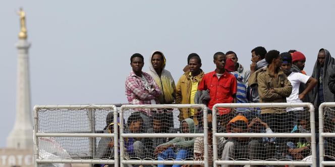 Des migrants attendant de débarquer d'un navrie du Migrant offshore aid station à Messine
