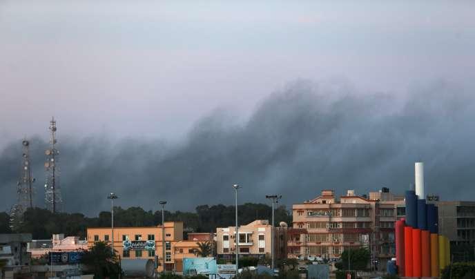 Benghazi est le théâtre d'affrontements entre les forces progouvernementales et le Conseil des révolutionnaires libyens de Shura, une alliance d'anciens rebelles anti-Kadhafi qui ont uni leurs forces avec Ansar Al-Charia.