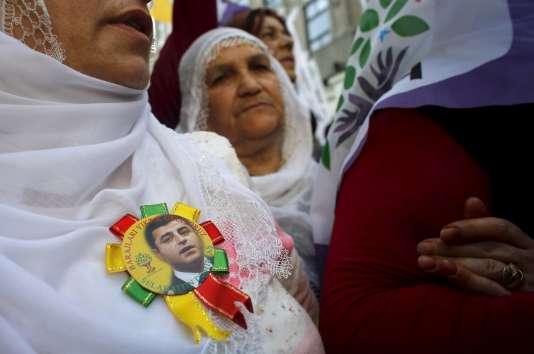 Des militants du Parti de la démocratie des peuples, prokurde, portent sur eux le portrait de Selahattin Demirtas, leur leader, lors d'une manifestation à Istanbul, le 18mai 2015. En détention préventive depuis novembre 2016, celui-ci est notamment accusé de «diriger une organisation terroriste».