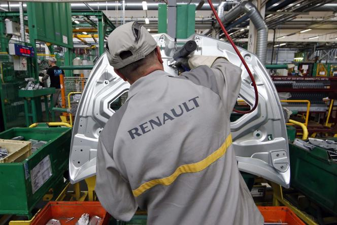 Un ouvrier de l'usine Renault de Flins, à l'ouest deParis, en mai 2015.