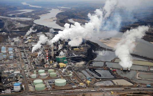 Vue aérienne du site d'extraction des sables bitumineux de la firme pétrolière Suncor, près de Fort McMurray, dans l'Alberta (Canada), en 2009.