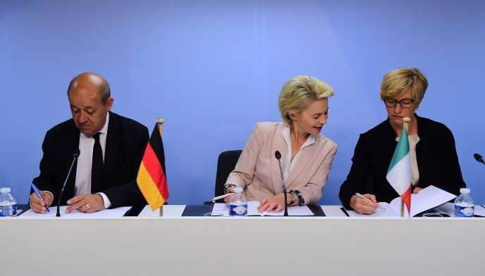 Les ministres de la défense français (Jean-Yves Le Drian), allemand (Ursula von der Leyen) et italien (Roberta Pinotti, cosignataire de cette tribune) paraphent un accord pour le développement d'un drone de combat européen, à Bruxelles, le 18 mai 2015.