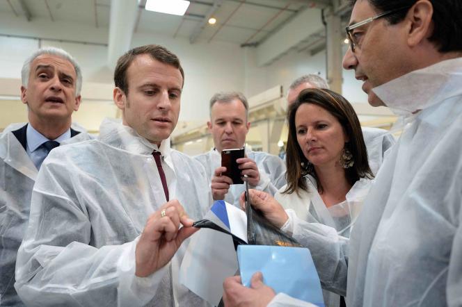 Emmanuel Macron, ministre de l'économie, visite l'usine Daher à Saint-Aignan-Grandlieu (Loire-Atlantique), le 18 mai.