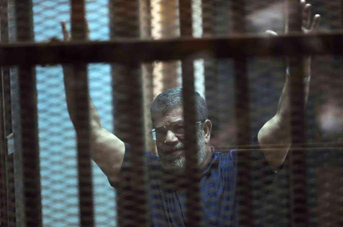 Dans un autre procès pour espionnage, M. Morsi a été condamné une nouvelle fois à la prison à vie avec dix coaccusés pour le vol de « documents relevant de la sécurité nationale » et leur livraison au Qatar, selon l'acte d'accusation.