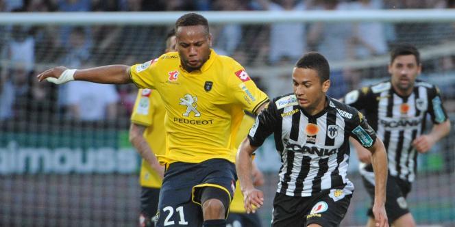 Le défenseur du FC Sochaux Marco Ilaimaharitra (à gauche), lors du match contre Angers le 11 mai.