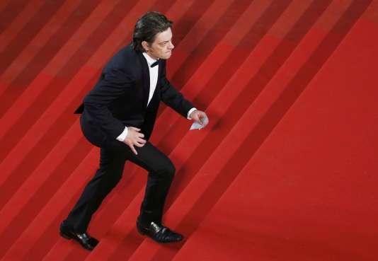 """Le chanteur Benjamin Biolay lors de la montée des marches du film """"Marguerite et Julien"""", de Valérie Donzelli, à Cannes, le 19 mai 2015."""