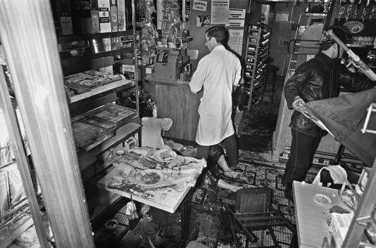 """Des pompiers soignent un blessé le 9 août 1982 dans le restaurant de Jo Goldenberg, rue des Rosiers dans le quartier juif à Paris. Un commando de quatre ou cinq hommes ont attaqué le restaurant casher avec une grenade et des pistolets-mitrailleurs """"WZ-63"""", tuant six personnes et en blessant vingt-deux."""