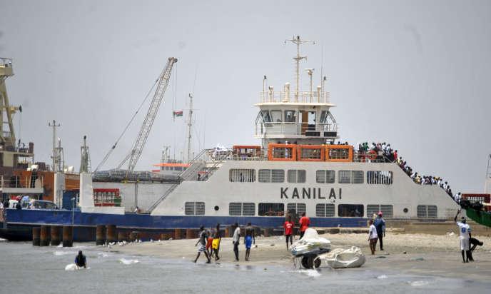 Le ferry Kanilai, dans le port de Banjul.