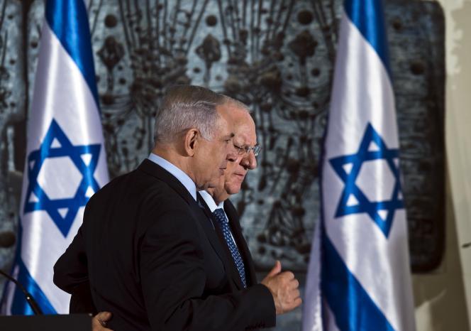 Le président israélien, Reuven Rivlin, (à l'arrière plan) marche aux côtés du premier ministre ,Benyamin Nétanyahou, le 19 mai à Jérusalem.