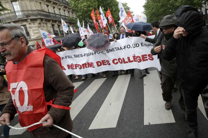 Sur le défilé de la manifestation des enseignants, en grêve contre la reforme du collège, à Paris, le 19 mai.