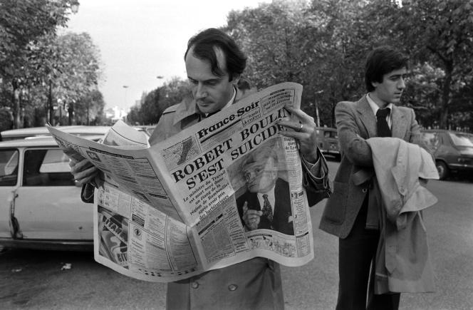 Un badaud lit le journal « France-Soir », qui titre en « une » « Robert Boulin s'est suicidé », le 30 octobre 1979.