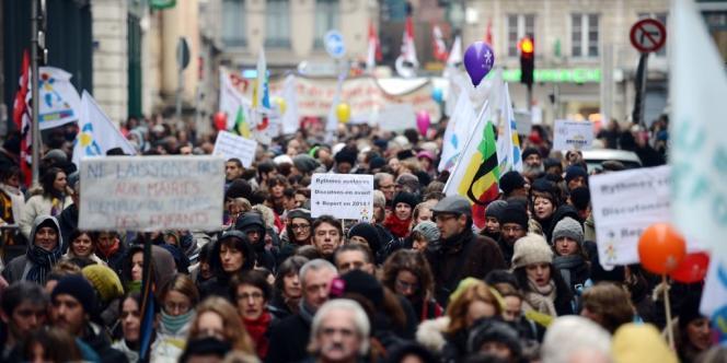 Une manifestation d'enseignants, le 12 février 2013 dans les rues de Lyon.