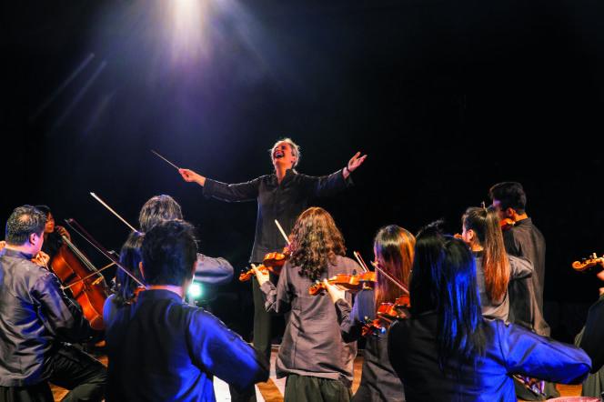 Odile Perceau dirige l'Orchestre symphonique birman, lors du premier concert du projet Fondamentus, devant les hauts dignitaires du régime, le 21 novembre 2013 au Théâtre national de Rangoon.