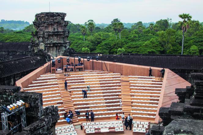 L'aménagement des gradins dans le sanctuaire du temple d'Angkor Vat, avant l'unique concert du 6 décembre 2013.