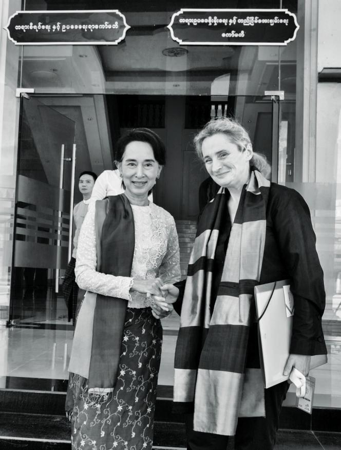 La rencontre d'Odile Perceau avec Aung San Suu Kyi, Prix Nobel de la paix, au parlement de Naypyidaw, le 19 novembre 2013.