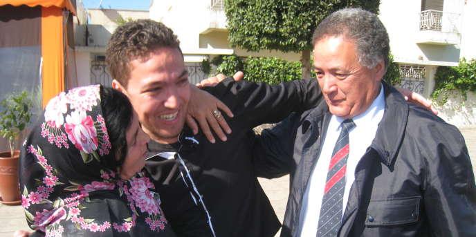 Le boxeur Zakaria Moumni et ses parents célébrant sa sortie de prison en 2012 à Salé. Il avait passé dix-sept mois en détention.
