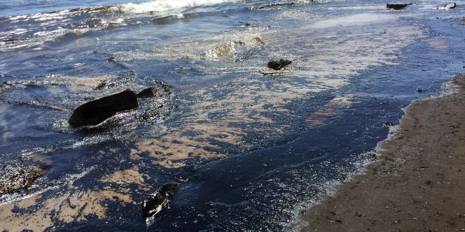 Du pétrole se déverse sur la plage de Refugio, à Santa Barbara, le 19 mai.