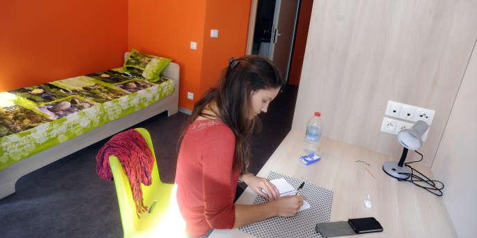 Une fille travaille dans sa chambre d'étudiante, en 2013.