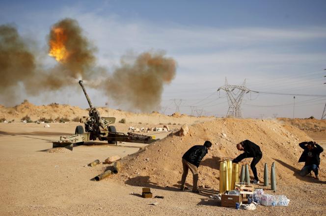 Des combattants libyens bombardent des positions des djihadistes de l'Etat islamique près de Syrte, le 19 mars.