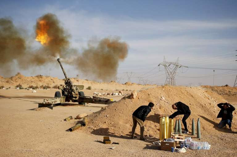 """Des combattants  de la coalition """"Aube de Libye"""", dans les environs de Syrte, en mars 2015."""