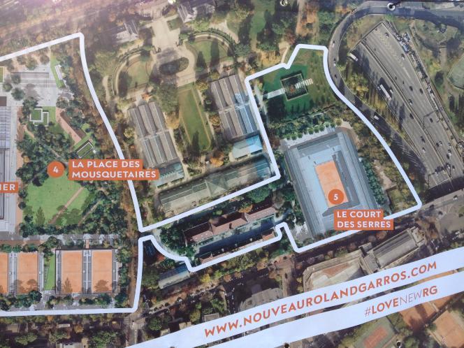 Le projet d'extension du site de Roland-Garros sur les Serres d'Auteuil s'affiche le long de l'enceinte.