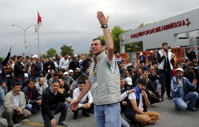 Des ouvriers en grève devant l'usine Tofas de Fiat, à Bursa (Turquie), le 21 mai.