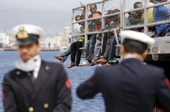 Des migrants attendant d'être débarqués dans le port sicilien de Messina, le 16 mai.