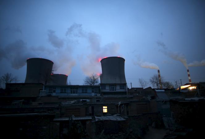 Des centrales au charbon situées à proximité de maisons à Shijiazhuang, dans la province de Hebei (Chine), le 28 janvier 2015.
