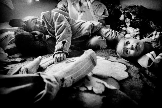 Une mère immigrée chez elle, avec ses enfants, à Kerman (2005).
