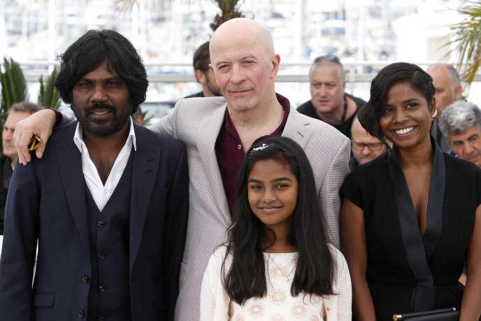 Le réalisateur Jacques Audiard, entouré des principaux acteurs du film «Dheepan», lors du 68e Festival de Cannes, le 21 mai 2015.
