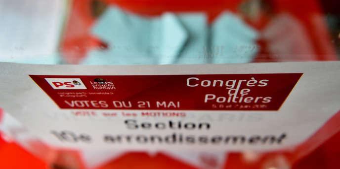 Vote sur les motions du Parti socialiste, dans le local de la section du10earrondissement de Paris, le 21 mai.