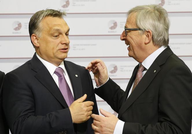 Viktor Orban, le premier ministre hongrois, et Jean-Claude Juncker, le président de la Commission, lors du sommet de l'Unioneuropéenne de Riga (Lettonie), le 22mai 2015.