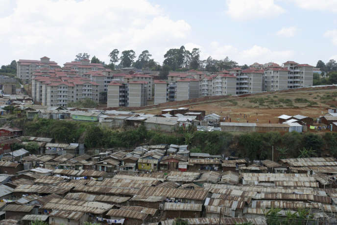 Un  programme immobilier remplace peu à peu un bidonville à Nairobi.