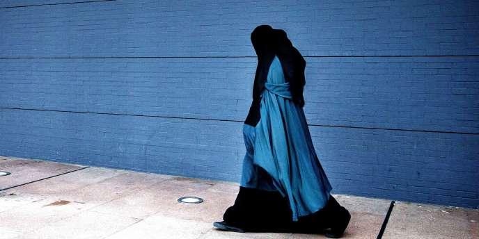 Une femme portant une burqa près du palais de justice de La Haye, aux Pays-Bas, en décembre 2014.