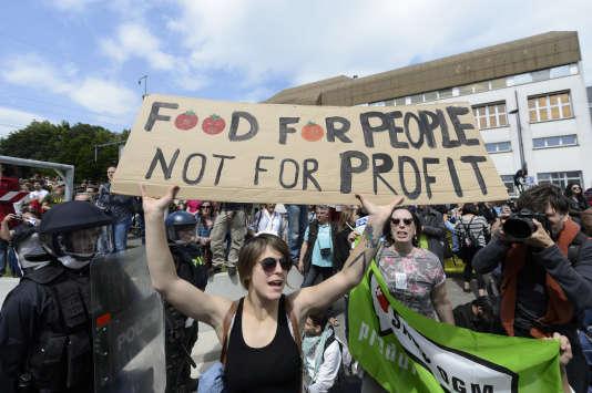 Des militants manifestent dans le cadre de la« Marche contre Monsanto» à Morges, en Suisse, en mai 2015.