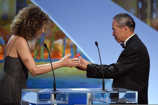 Le réalisateur Hou Hsiao-hsien avec Valeria Golino pour le prix de la mise en scène au 68e Festival de Cannes, le 24 mai 2015.