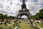 Tourists enjoy a long holiday weekend on the lawns of the Champ de Mars near the  Eiffel Tower in Paris, France, May 24, 2015.    REUTERS/Mal Langsdon