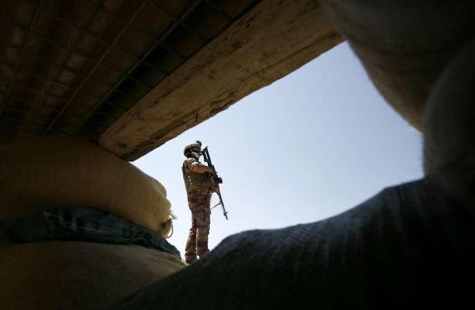 Un soldat de l'armée irakienne en poste à Jurf Al-Sakher, au sud de Bagdad, surveille les mouvements de l'organisation Etat islamique, en mai.