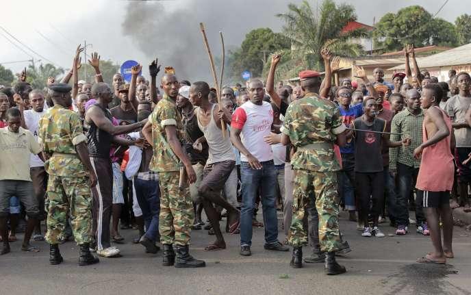 Des manifestants burundais font face aux militaires, à Bujumbura, le 22mai.