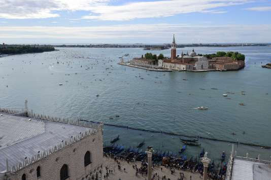En 600 passages par an, les navires géants déversent 1 million de touristes sur les restaurants et les commerces de souvenirs de Venise.