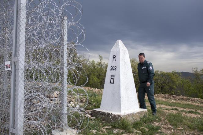 Plamen Dinev, directeur des patrouilles de la Police aux Frontieres Bulgare devant la barrière de barbelés récemment construite a la frontière séparant la Bulgarie de la Turquie sur une longueur de 30km.